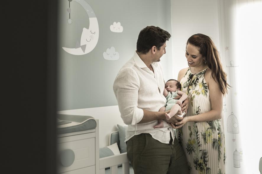 Sara y Vicente llenos de amor con su bebé en brazos