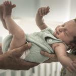 Bebé en brazos de los padres